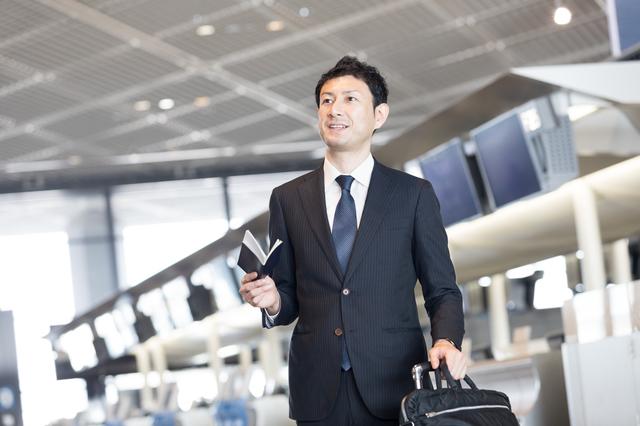 クレジットカード 海外出張に行く男性 アメックス