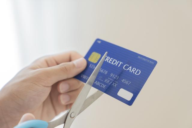"""""""クレジットカードの中でも人気が高いものにアコムACマスターカードがあります。最短で即日発行できるクレジットカードですし、審査の甘さも魅力的なクレジットカードです。 ただ、何かしらの理由でアコムACマスターカードが不要になることもあるでしょう。不要になったクレジットカードは解約しておいたほうがベターです。ここではアコムACマスターカードを解約する方法と解約するときに注意しなければならないことをご説明します。 アコムACマスターカードを解約する3つの方法 アコムACマスターカードを解約する方法は3種類あります。具体的な方法について以下でご説明します。 アコム店頭口で解約する アコムの店頭で解約する方法があります。実際に担当者が目の前で対応してくれる形で解約をするものです。対応している場所は少ないですが、有人のアコムに出向くことで対応をしてもらえます。 解約する方法は簡単であり、店頭でアコムACマスターカードを解約したいと伝えるだけです。なぜ解約するのかなどを確認されることもありますが、とにかく解約したい旨を伝えると良いでしょう。担当者によってその場で解約手続きを進めてもらえます。また、手続きは簡単にその場で完了します。 近くにアコムの店頭がある場合にはこちらの解約方法を選択すれば問題ありません。ただ、有人のアコムは場所が限られています。そのため、近くにない場合には以下の方法もおすすめです。 本人確認書類を提示する 店頭で解約をするのであれば本人確認書類の提示が必要です。あくまでもクレジットカードですので、基本的には本人しか手続きができない仕組みです。運転免許証などの本人確認書類を用意しましょう。 必要な書類を用意していなければ店頭まで出向いても対応してもらえない可能性もあります。こうなっては時間が無駄になってしまいます。そうならないためにも、運転免許証やパスポートなど本人確認書類として利用できるものを持参しましょう。 電話で解約する 電話で解約することも可能です。アコムACマスターカードの裏面に記載されている電話番号に連絡をして解約の手続きを進めましょう。解約をしたいと伝えるだけで手続きを進めてもらえます。 多くのクレジットカードは電話での解約に対応しています。アコムACマスターカードも他のクレジットカードと同様に電話で解約できるのです。営業時間内であればどこからでも電話できますので、忙しい場合には電話での解約がおすすめです。 電話ですので口頭で本人確認が実施されます。いくつかの質問に答えて本人確認が完了すると解約の手続きが進められます。特段難しい質問はありませんので、何かしら事前に用意しておく必要はありません。 自動契約機で解約する アコムが設置している自動契約機での解約も可能です。日本各地に自動契約機は設置されていますので、そちらに出向いても解約が可能です。 自動契約機はセンターにいるオペレーターと会話をしながら手続きを進めます。つまり実質的にはアコムの店頭で解約をする場合と同じ流れです。身分証明書の提示などをしながら解約手続きを進めます。 自動契約機ではセンターの混雑状況が把握できません。そのため、思ったよりも時間を取られることもあり得ます。最初に所要時間について説明されますが、時間に余裕を持って行くことをおすすめします。 アコムACマスターカードを解約する前の4つの注意点 アコムACマスターカードを解約する前に核にしておくべき4つの注意点があります。ここを理解しておかないと後からトラブルになることも考えられます。以下に該当しないかはよく注意をしてアコムACマスターカードの解約を進めましょう。 解約するには全額返済が必要 アコムACマスターカードを解約するためには全額返済が必須です。支払い残高が残っている状態では解約手続きができません。 他のクレジットカードとは異なり、アコムACマスターカードには無利息残高が存在します。これはアコムACマスターカードの利用額のうち、残高が1,000円未満になっている状態を指しています。アコムのATMなどでは小銭での支払いができませんので、1,000円未満の残高は無利息で支払いが保留される仕組みとなっています。 このような仕組みが用意されていますが、アコムACマスターカードを解約するとなると全て支払いをしなければなりません。無利息残高であるからと支払いをしなくても良いわけではないのです。ATMでの支払いはできませんので、解約時に無利息残高が存在している場合には、振り込みで残高を0円にしておく必要があります。 解約にあたり事前準備が必要ですので、これを忘れてしまうとアコムACマスターカードの解約ができません。場合によっては2回手続きに出向くことになりかねません。事前にアコムACマスターカードの"""
