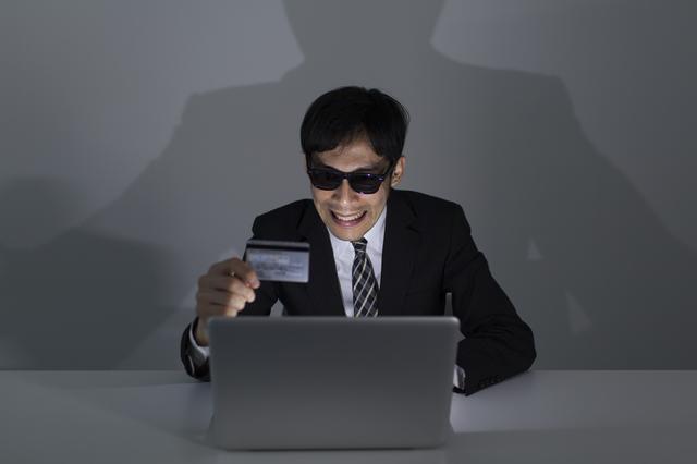 偽造クレジットカードに注意!スキミングの手口と被害を防ぐ方法