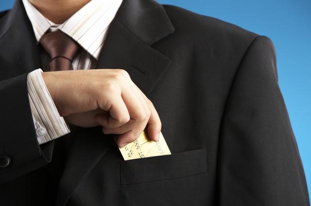 ゴールドカードを出す男性